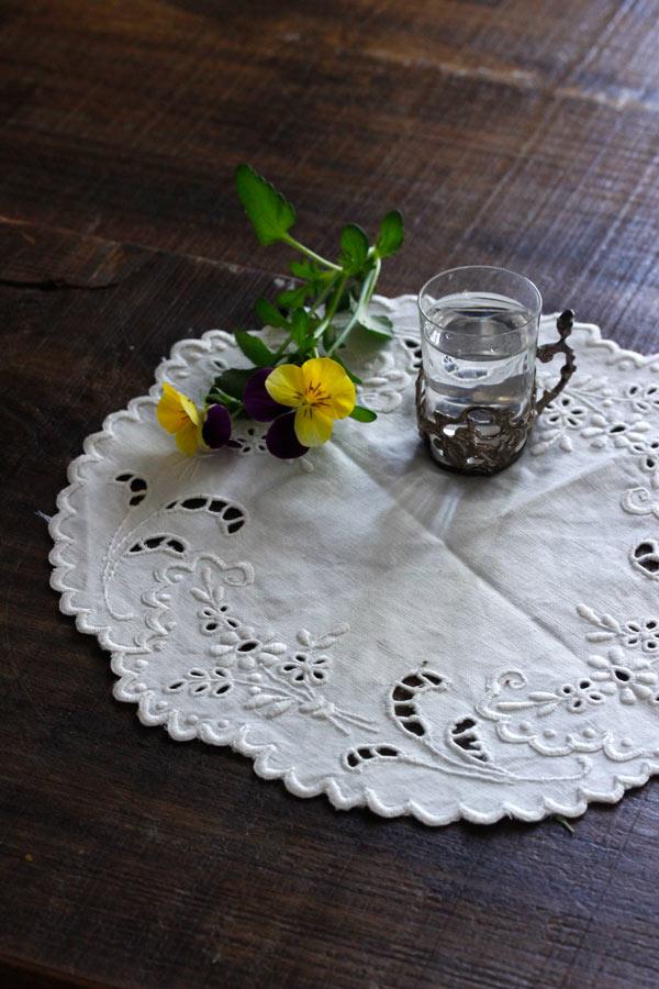 アンティークリネンにカットワーク刺繍のマット21×22cm ge-729