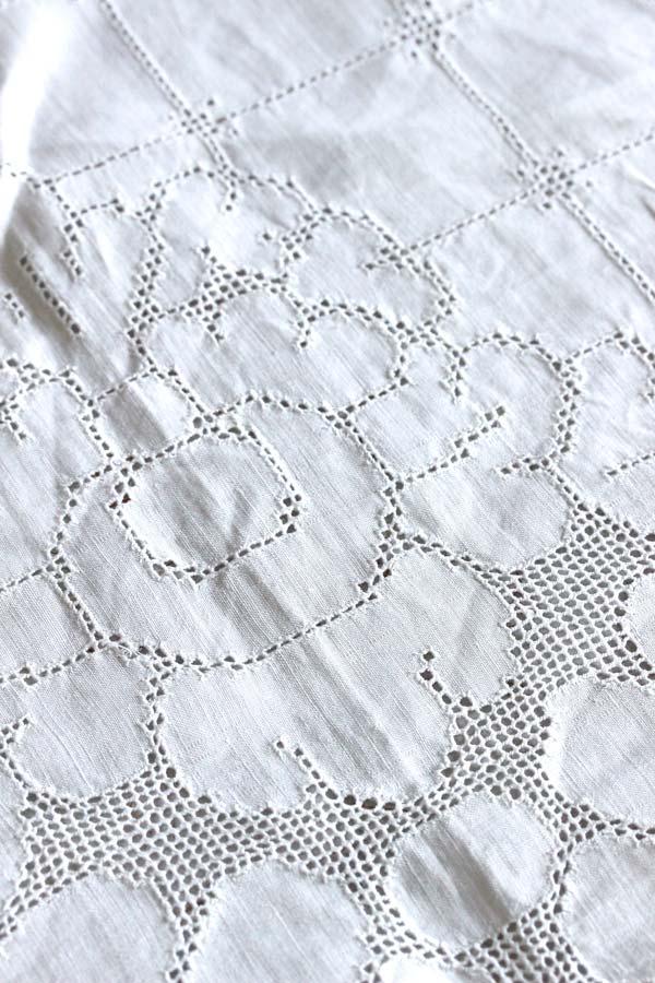 アンティーク麻地に細かいカットワーク刺繍のテーブルクロス105×102cm ge-730