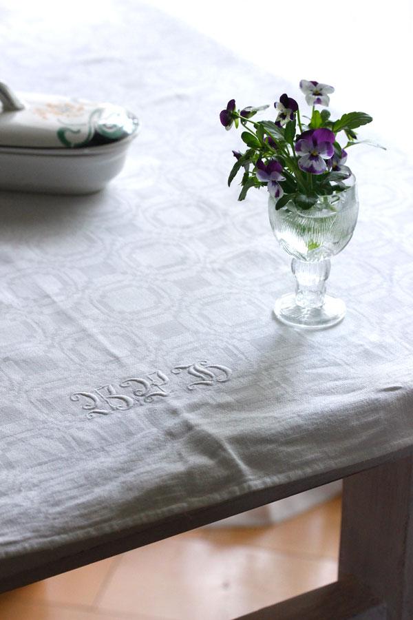 アンティークダマスク織にモノグラム刺繍リネンクロス 100×95cm gli-0270