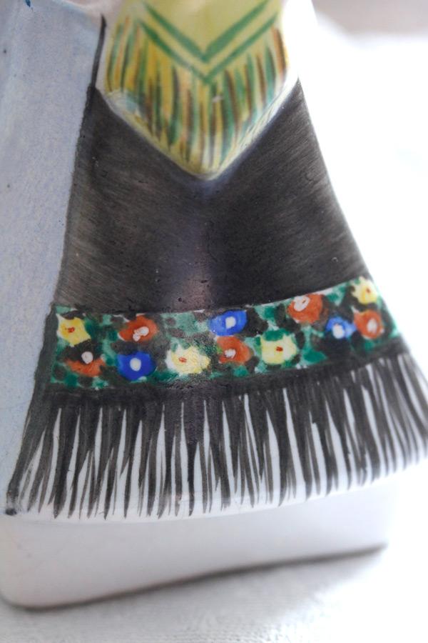 東欧の民族衣装のポーセリンドール H11.7cm gt-728
