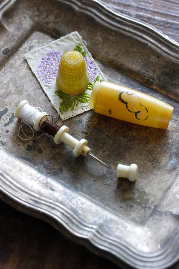 アンティークベークライトのニードルケース&シルク刺繍カードセット gs-1202