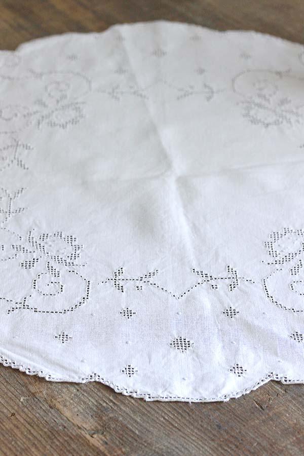 アンティークカットワーク刺繍のテーブルセンター 直径51cm ge-739