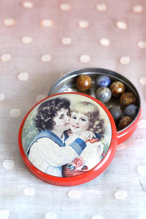 スイス レケルリ・フースLakerli-huusの可愛いチョコレートティン缶 50年代頃