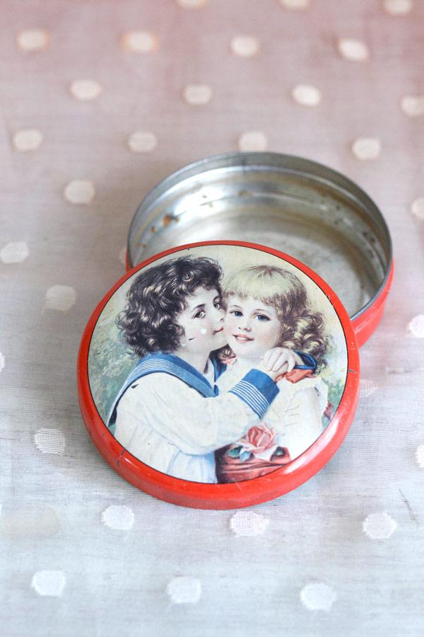 スイス レケルリ・フースLakerli-huusの可愛いチョコレートティン缶 1950年代頃