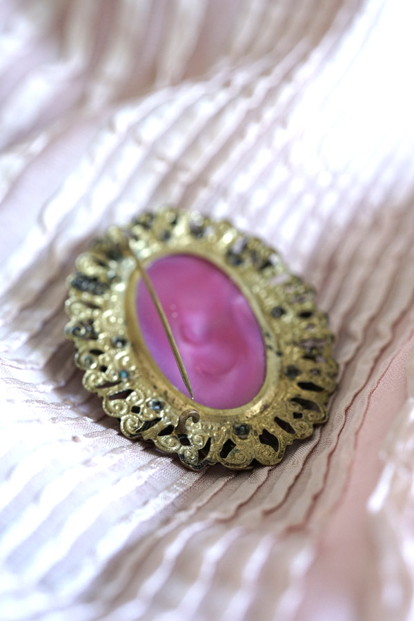 アンティークのピンクのガラスに真鍮のお花のオーバルブローチ5.5×4cm ga-747