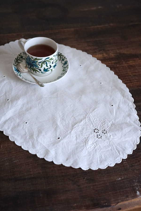 アンティークホワイトワーク刺繍のテーブルマット47×34cm ge-753